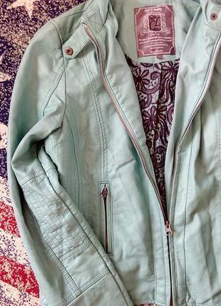 Трендова мятна куртка шкірянка