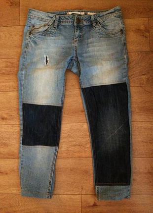 Топовые джинсы с нашивками