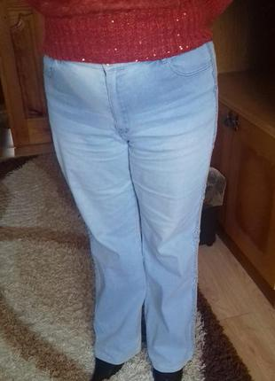 Женские светлые джинсы клеш