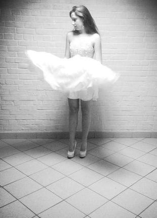 Дизайнерское коктейльное белое платье с вышивкой