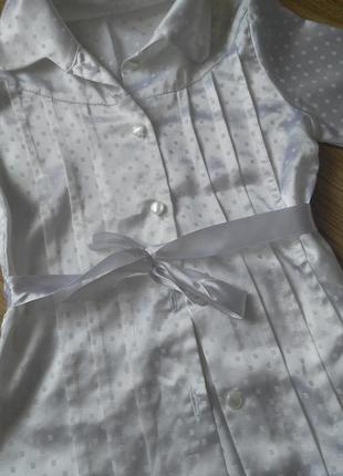 Нарядная белая рубашка с атласной лентой.