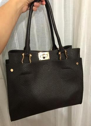 Стильная сумка шоколадного цвета.