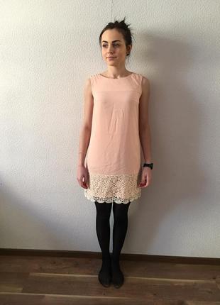 Персиковое платье с кружевом