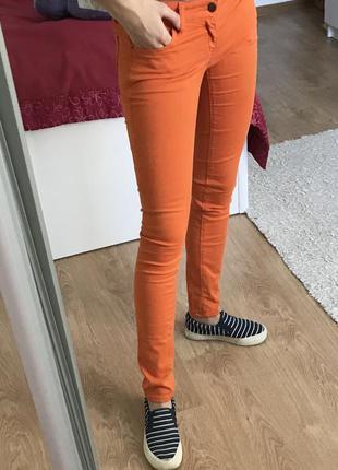 Яркие джинсы colin's