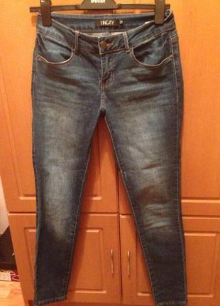 Скини джинсы,хорошо сядут на круглую попу