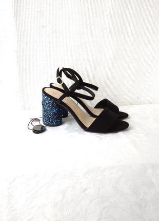 Шикарные босоножки на устойчивом каблуке