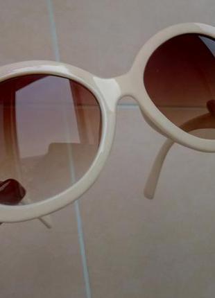 Бежевые солнцезащитные очки стрекозы с фигурными дужками, линзы градиент