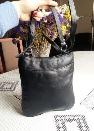 Кожаная черная сумка кроссбоди фирмы marks&spencer