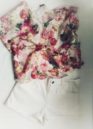 Белые короткие шорты
