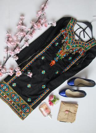 Роскошное платье-туника с вышивкой и разрезами по бокам