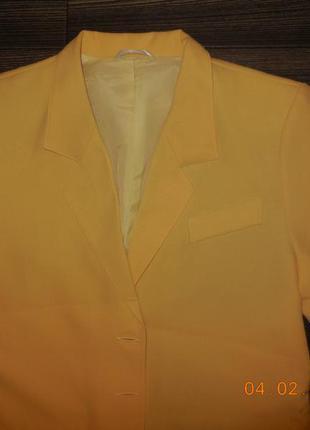 Жёлтый пиджак.
