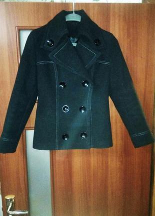 Пальто демисезонное с белой выстрочкой деловой повседневный стиль