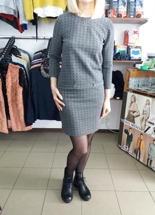 Гарне класичне сіре плаття