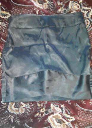 Атласная юбка чёрного цвета с красивым низом