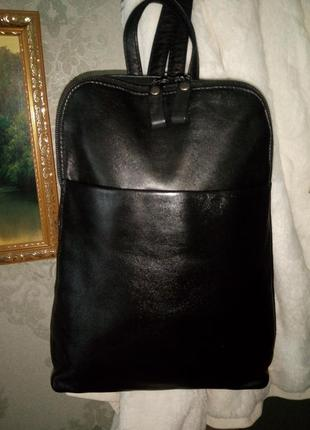 Актуальный кожаный рюкзачок.