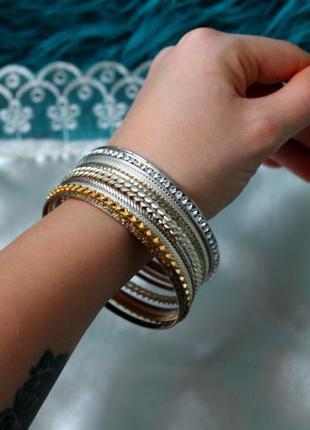 Набор браслетов серебряный, золотой, с камнями. бижутерия. тонкие браслеты.