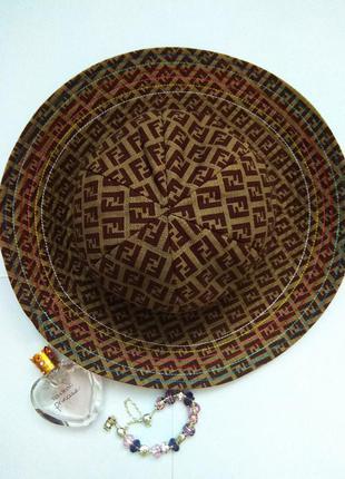 Оригинальная  элегантная изысканная шляпа панама fendi c мягкими полями и стильным принтом