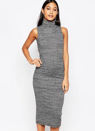 Модное серое платье по фигуре в рубчик