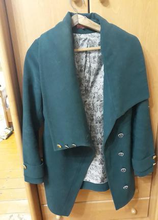 Елегантне пальто ізумрудного кольору