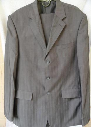 Мужской классический костюм серого цвета