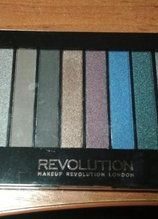 Палетка теней make-up revolution