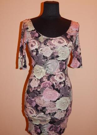 Короткое трикотажное платье в цветочный принт