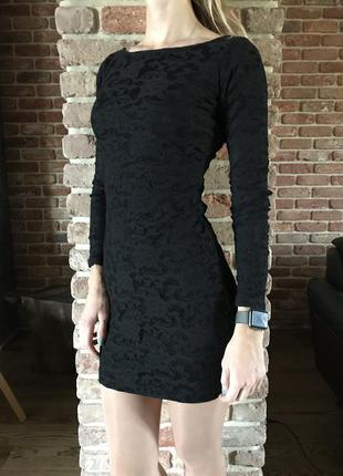 Черное платье с красивой спинкой stradivarius