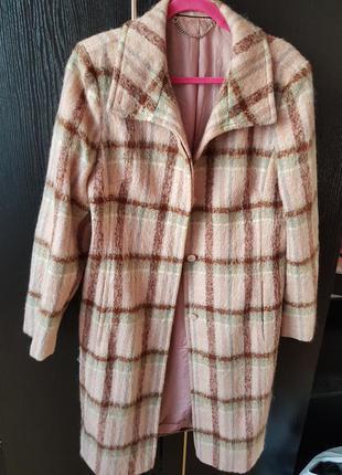 Пальто в клеточку розовое