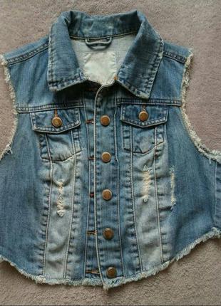 Укороченная джинсовая жилетка с потертостями