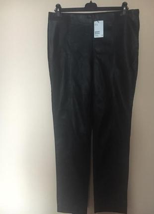 Модные брюки из экокожи.