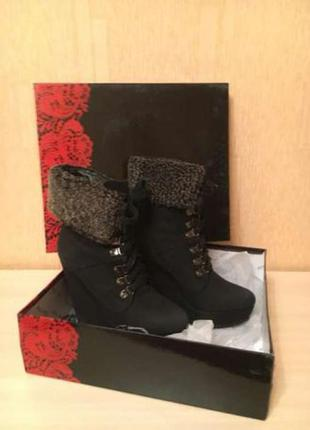 Зимние чёрные ботинки на танкетке