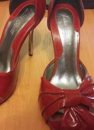 Красные лаковые туфельки