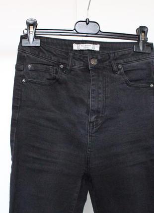 Черные джины с рваными коленами
