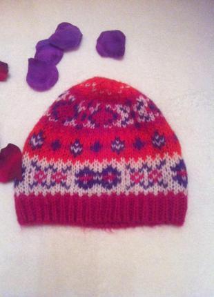 Красивая и яркая шапочка benetton
