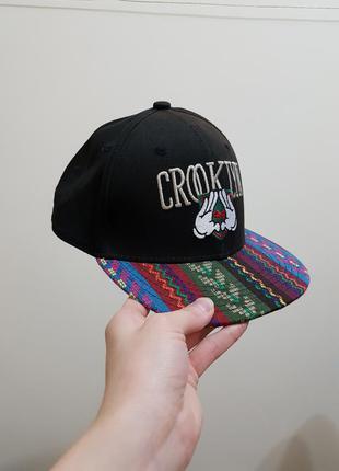 Очень стильная рэперская кепка с интересным козирком cropp town
