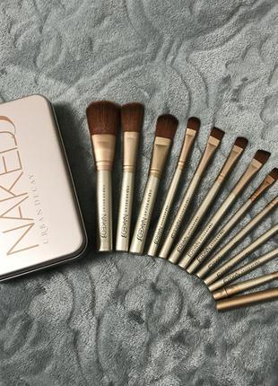Набор из 12 кистей для макияжа в металлическом кейсе