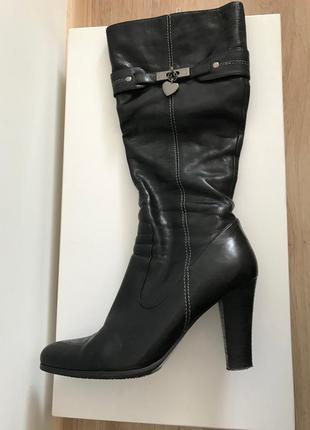 Черные лаковые сапоги на высоком каблуке