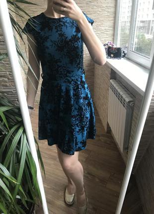 Трикотажное бирюзовое платье с бархатными цветами и клешной юбкой zara