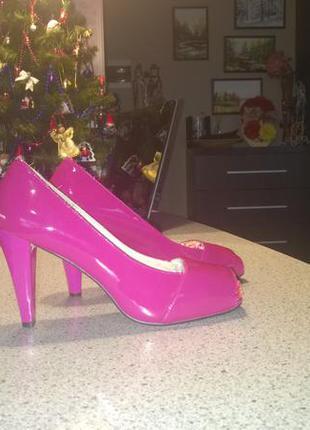 Женственные лаковые туфли на каблуке. новые, по стельке 26 см.