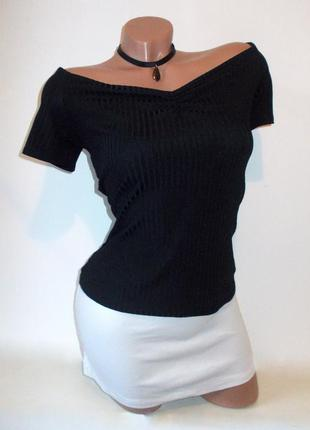 Черный топ в рубчик с открытыми плечами футболка