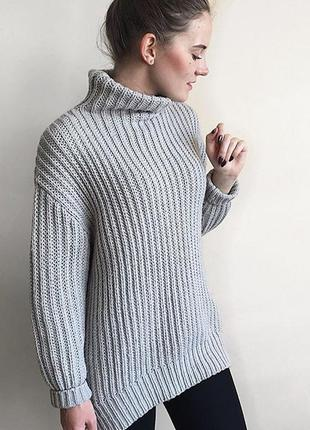 Серый объемный свитер