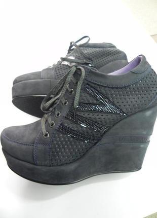 Классные ботинки из нубука на танкетке