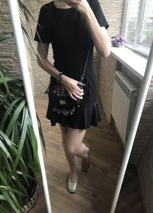Маленькое черное платье с рюшей трикотажное new look весеннее