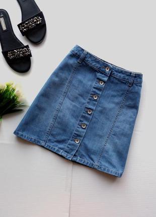 Трендовая джинсовая юбка на пуговицах спереди