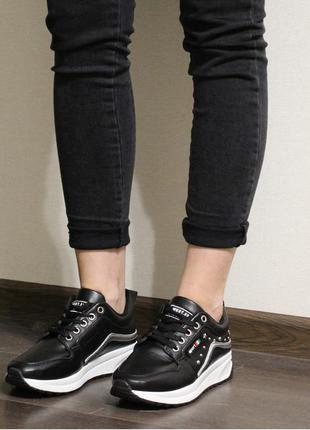 Модные женские черные весенние кроссовки из эко-кожи