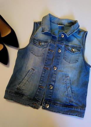 Интересная и стильная джинсовая жилетка с потертостями