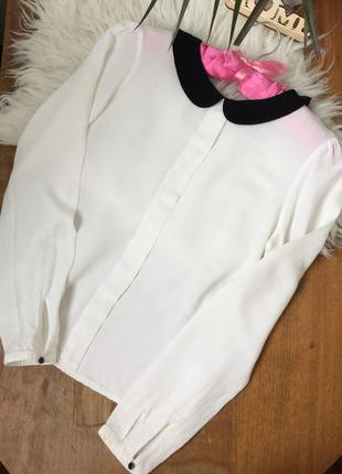 Белая блуза с черным воротом