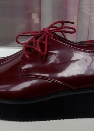 Стильные новые ботинки на платформе цвета марсала ichi