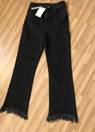 Чёрные рваные джинсы расклешенные с бахромой