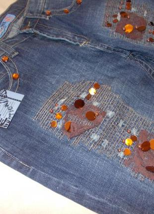 Стильные джинсы с нашивкой и стразами с биркой. размер 30